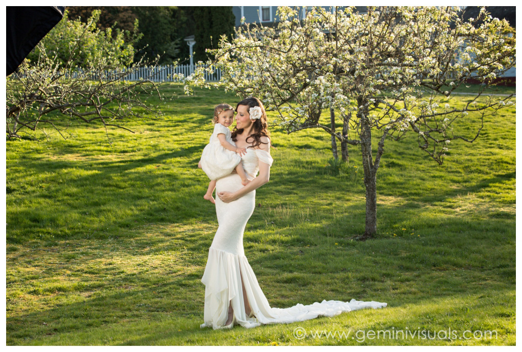 surrey photographer outdoor maternity with tree
